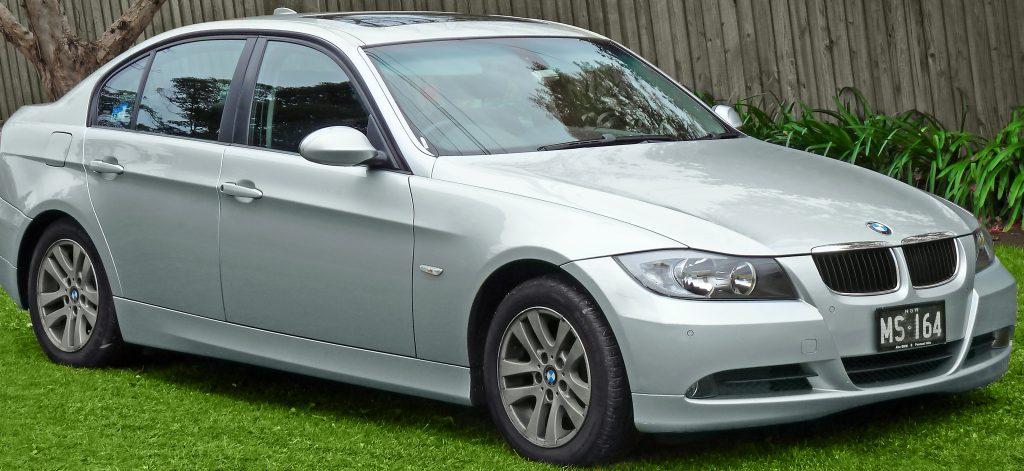 2005-2008_BMW_320i_(E90)_sedan_(2011-07-17)_01
